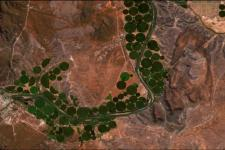 Central-pivot agricultural fields along the Orange River in South Africa. Image: contains modified Copernicus Sentinel data (2016), processed by ESA.